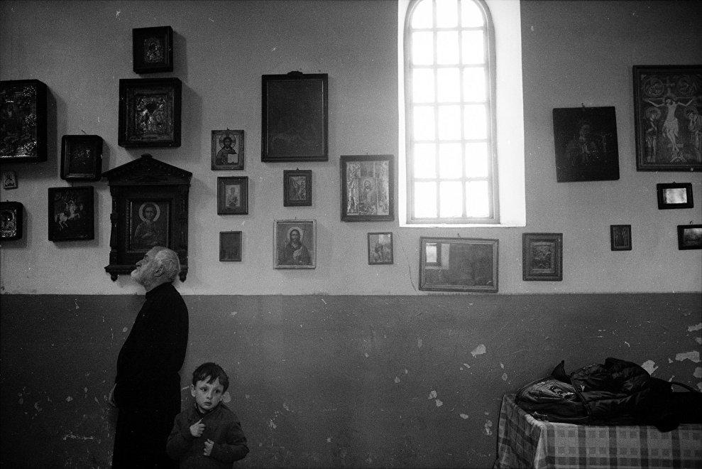 Мужчина и маленький мальчик в тбилисском храме