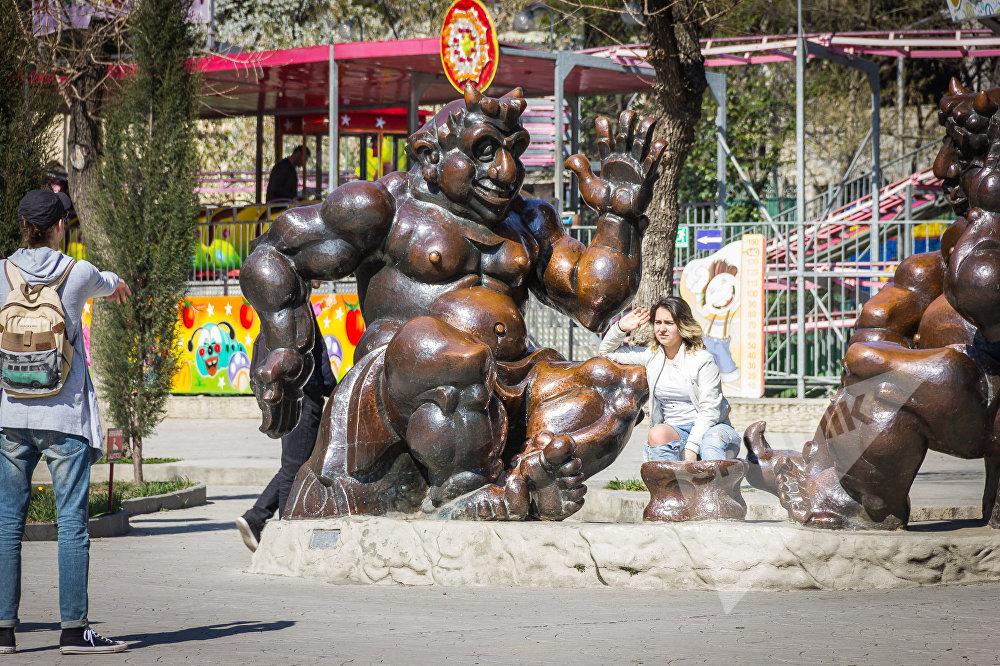 Жители Тбилиси гуляют в парке Муштаид