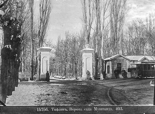 Ворота парка Муштаид в XIX веке. Архивная фотография