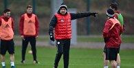 Главный тренер сборной Грузии по футболу Владимир Вайсс на тренировке команды