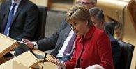 Первый министр Шотландии Никола Стерджен участвует в дебатах по второму референдуму о независимости в парламенте Шотландии в Холируд, Эдинбург