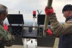 Специалисты заряжают противоградовую установку СД-26 грузинского производства