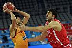 Баскетболист сборной Грузии Георгий Шермадини участвует в матче против Македонии
