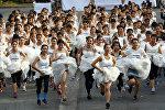 В Таиланде прошел традиционный забег невест. Пробежав 4 километра победительница получит 26 000 евро. Хватит и на свадьбу, и на свадебное путешествие. В погоне за призом кроссовки надели даже самые неспортивные влюблённые. Женихи ждут невест у финишной черты