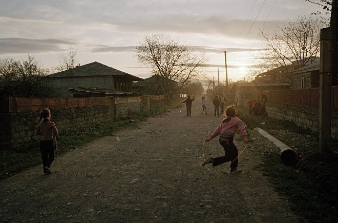 ბავშვები სოფლის გზაზე თამაშობენ