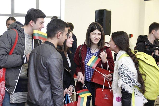 Грузинская молодежь в аэропорту Вильнюса