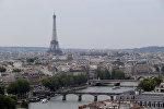 Эйфелева башня над рекой Сена в Париже