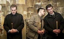 Сыновья первого президента Грузии Звиада Гамсахурдия (слева направо) Константин, Георгий и Цотне на службе в соборе в Тбилиси, Грузия