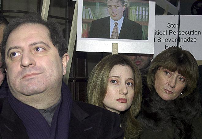 Члены семьи бывшего президента Грузии Эдуарда Шеварнадзе, его сын Паата (слева), внучка Тамуна (в центре) и дочь Манана (справа)
