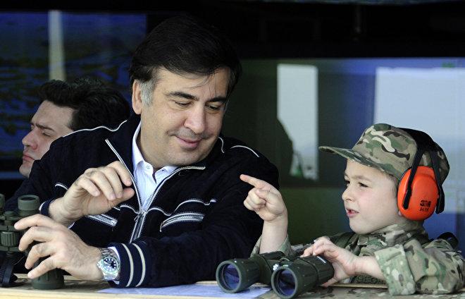 Президент Грузии Михаил Саакашвили (слева) и его сын Николоз на учениях на военной базе Вазиани