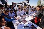 Звезды автогонок серии ТСR дарили тбилисцам бейсболки и автографы