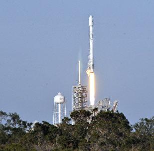 Ракета SpaceX Falcon 9 стартует с космодрома 39А в Космическом центре Кеннеди, Флорида