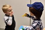 Пятилетний Харрисон, который болен аутизмом, играет с Каспаром, человекоподобным роботом, разработанным в университете Хартфордшира для взаимодействия и улучшения жизни детей с аутизмом в Стивенедж, Британия