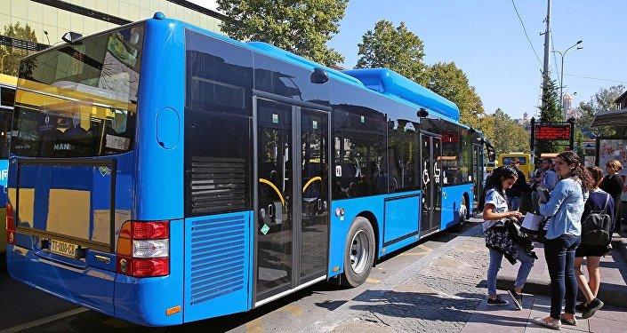 Автобус на остановке в центре Тбилиси