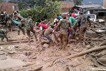 Последствия селевого потока в Колумбии - представители колумбийской армии помогают ликвидировать последствия стихийного бедствия