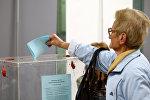 Женщина голосует на избирательном участке во время президентских выборов в Белграде, Сербия