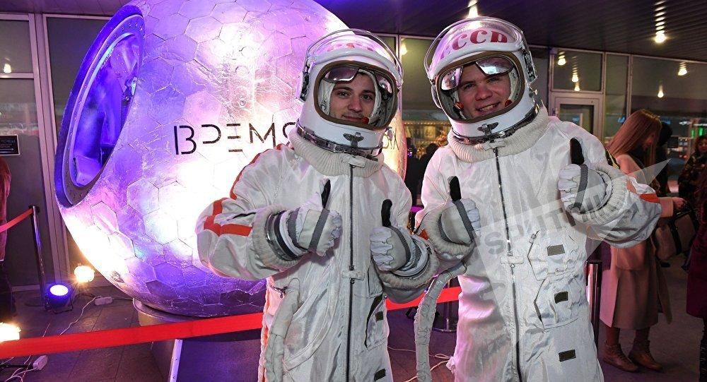 Две картины космонавта Леонова переданы Третьяковской галерее