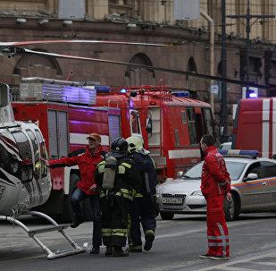 Аварийные службы возле станции Технологический институт после взрывов в двух вагонах поезда в Санкт-Петербурге, Россия