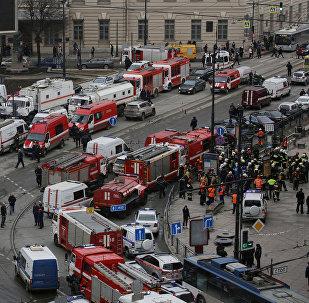 სანქტ-პეტერბურგის მეტროში აფეთქების შემდეგ საგანგებო სამსახურის, პოლიციისა და მაშველების ავტომანქანები