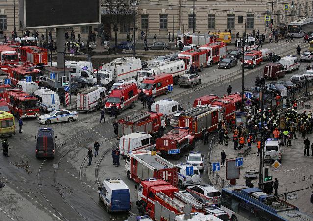 Машины чрезвычайных служб, полиция и спасатели у станции метро в Санкт-Петербурге, где произошел взрыв