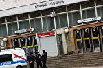 Сотрудники правоохранительных органов у станции метро Сенная площадь в Санкт-Петербурге, где произошел взрыв