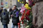 Цветы у станции метро Технологический институт в Санкт-Петербурге, где накануне произошел взрыв