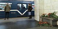 Цветы на станции метро Технологический институт в Санкт-Петербурге, где накануне произошел взрыв