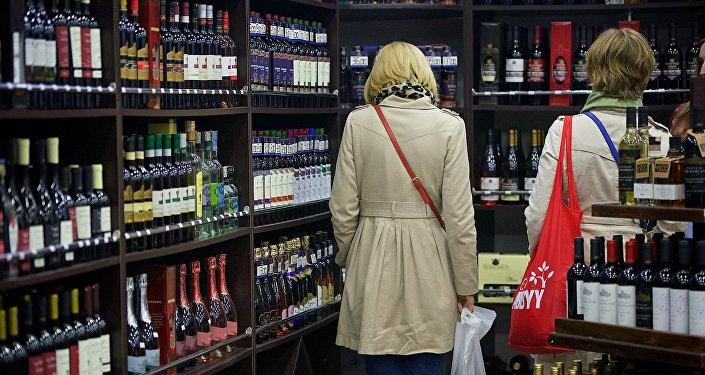 Туристы покупают грузинское вино в одном из тбилисских винных магазинов
