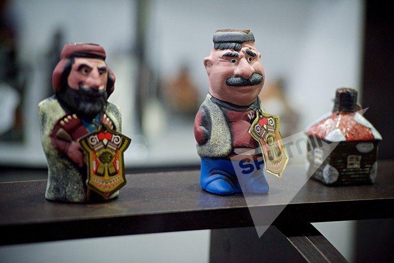 Подарочная грузинская чача в оригинальных бутылочках в форме фигурок грузин в национальной одежде