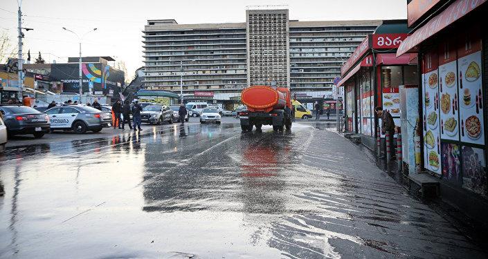 Очистка территории близ Вокзальной площади в Тбилиси