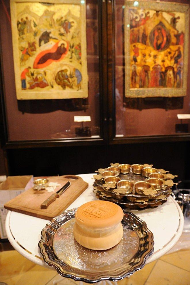 Проскомидия (хлеб и вино для приготовления евхаристии) в Благовещенском соборе Московского Кремля в праздник Благовещения Пресвятой Богородицы