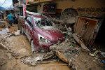 Люди расчищают разрушенную улицу в Мокоа, Колумбия, после наводнения и схода селевого потока. Стихийное бедствие было вызвано сильными ливневыми дождями, которые привели к выходу нескольких крупных рек из берегов