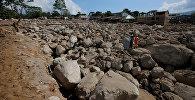 Спасатели ищут тела погибщих и выживших после масштабного стихийного бедствия в городе Мокоа, Колумбия