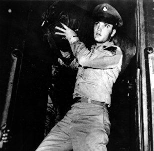 Элвис Пресли несет свой вещевой мешок во время службы в армии в 1958 году