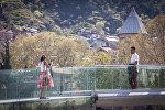 Туристы фотографируются на мосту мира