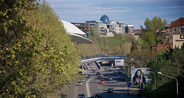 Вид на дворец президента Грузии в центре Тбилиси