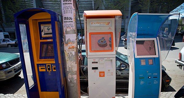 Терминалы быстрой оплаты на одной из улиц Тбилиси