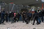 Полицейских забросали камнями: кадры акции протеста в Париже