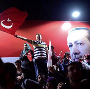 Сторонники президента Турции Тайипа Эрдогана празднуют в Стамбуле