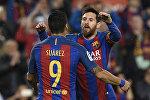 Аргентинский форвард Барселоны Лионель Месси (справа) с уругвайским форвардом Барселоны Луисом Суаресом радуется забитому голу в матче испанской футбольной лиги против Реал Сосьедад на стадионе Камп Ноу в Барселоне