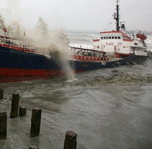 Турецкий сухогруз тонет в результате шторма на Черном море, архивное фото