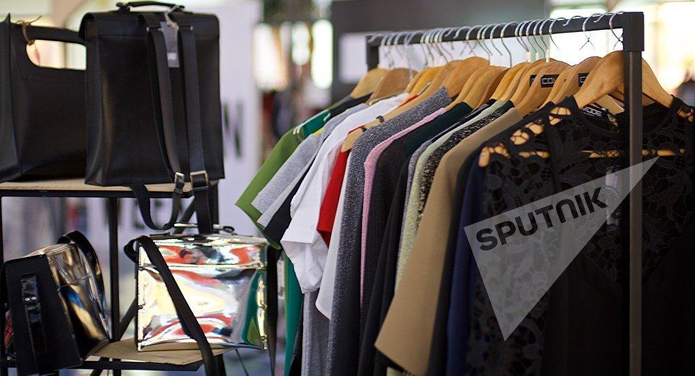 Платья от грузинских дизайнеров в одном из торговых центров столицы Грузии
