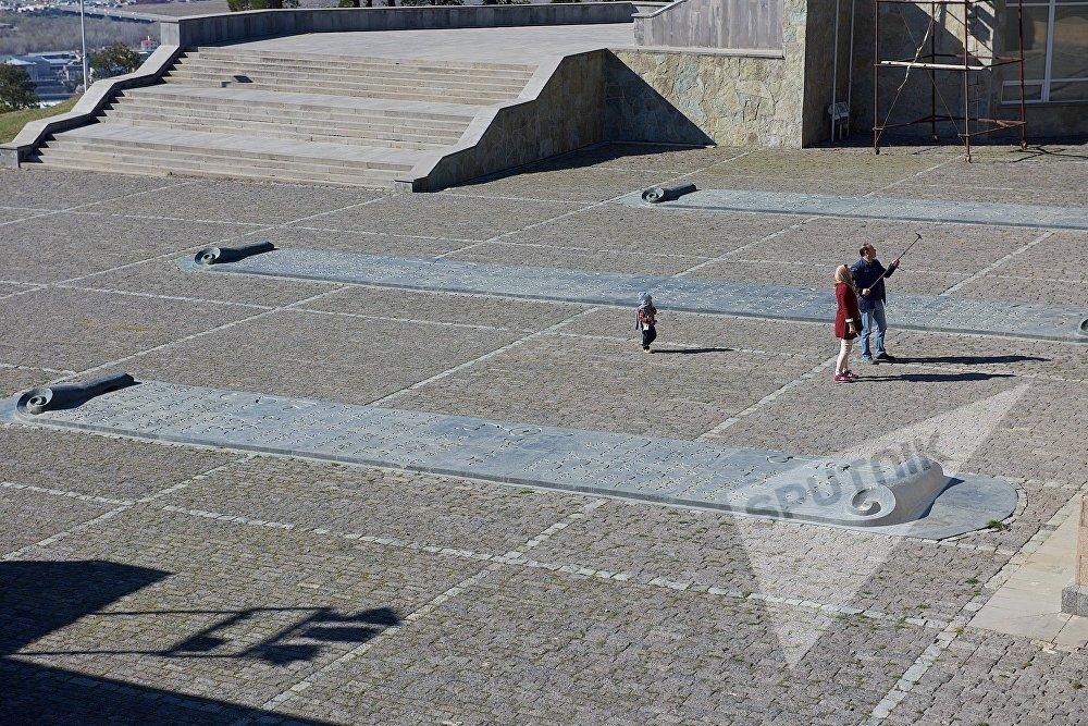 У входа в комплекс расположены свитки, где перечислены важные события в истории Грузии