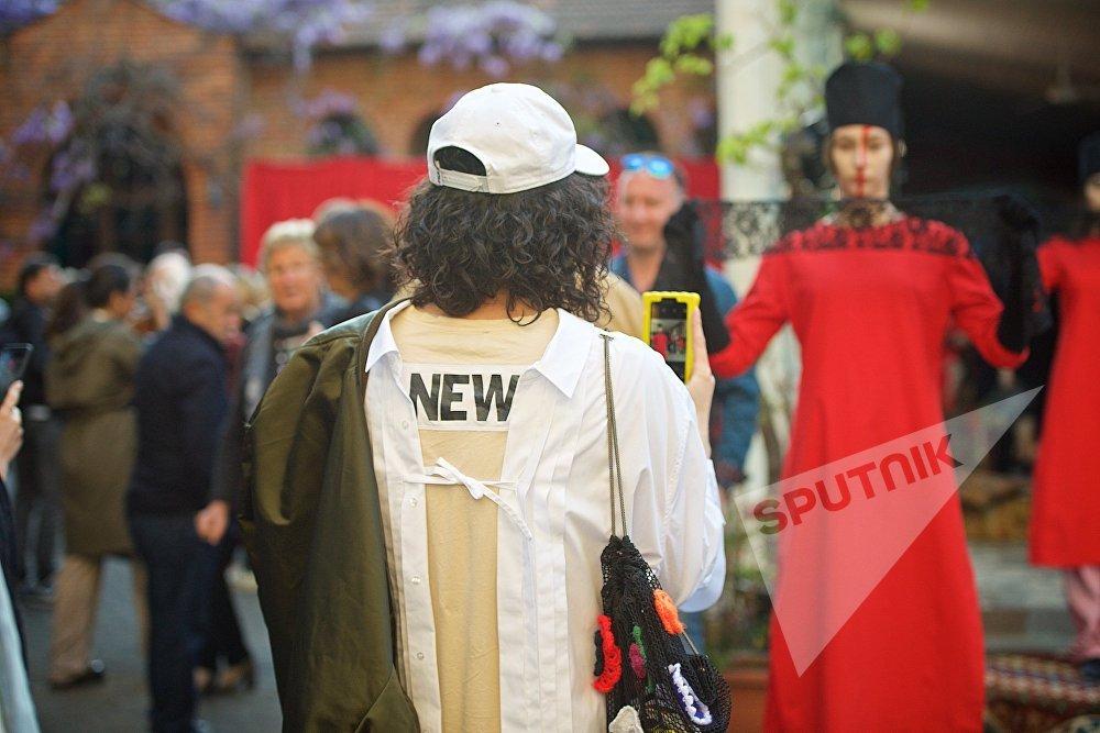Среди посетителей церемонии открытия новой Тбилисской Недели моды было много гостей из-за рубежа, среди них представители глянцевых журналов и модной прессы