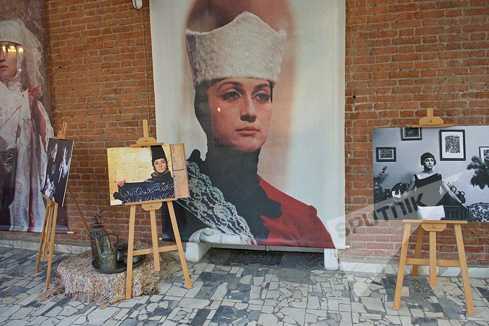 На экспозиции, посвященной Софико Чиаурели, также были представлены фотографии легендарной актрисы, запечатлевшие исполнение ее знаменитых ролей в кино