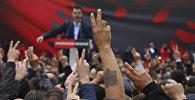 Лидер Демократической партии Албании Лулзим Баша выступает перед сторонниками во время акции протеста перед правительственным зданием в Тиране