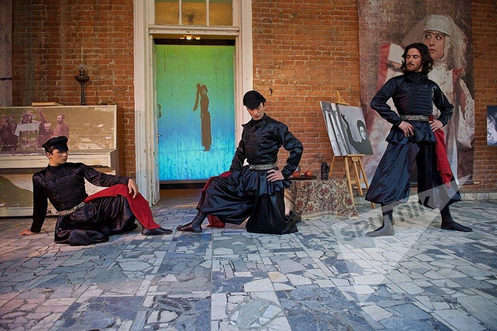 В сценах участвовали и профессиональные танцоры, одетые в костюмы кинто - городских весельчаков