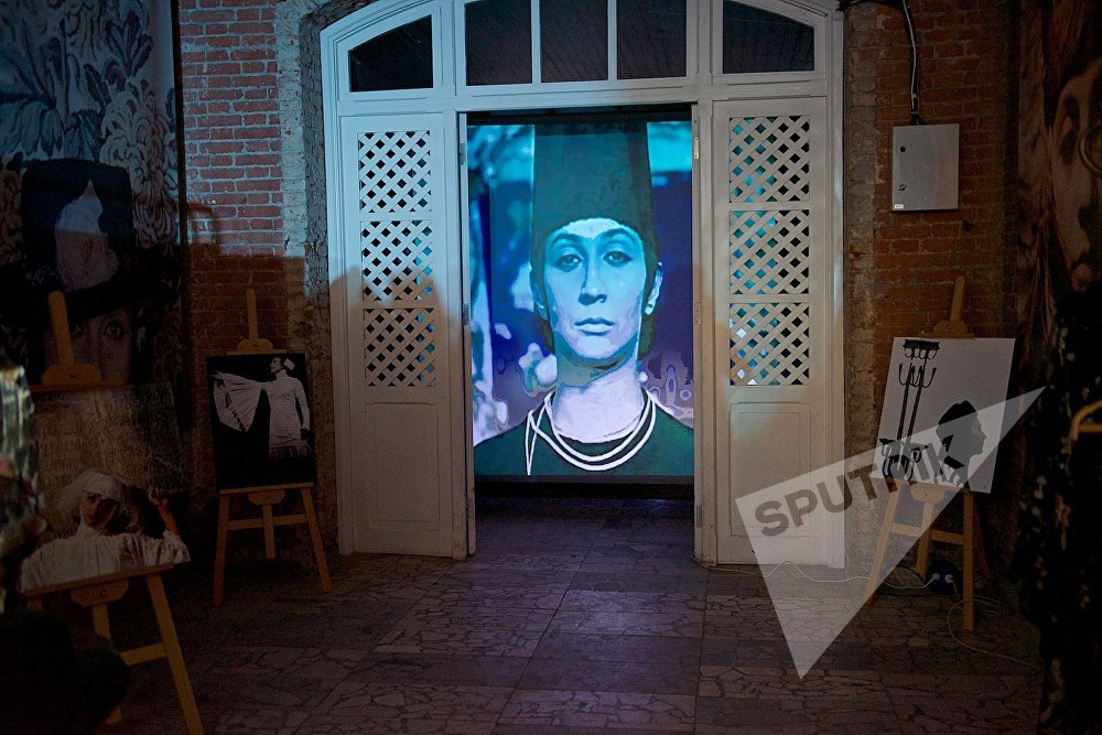 В ходе перформанса в честь Софико Чиаурели на нескольких экранах демонстрировались кадры из фильмов с участием легендарной актрисы