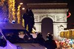 Полицейские стоят на крыше автомобиля на Елисейских полях, Париж