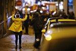 Люди показывают свои руки полиции на обочине дороги рядом с Елисейскими полями